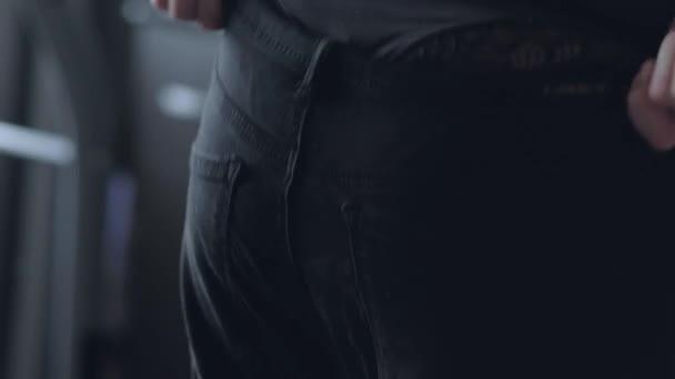 Štíhlá dívka nosí džíny na zadku v krajkové spodní prádlo.