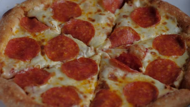 dva lidé si krajíc pepperoni pizza jednotné přihlašování