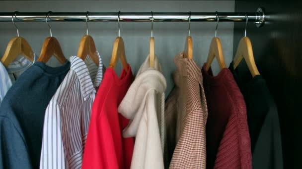 Žena si bere oblečení z vašeho šatníku doma.