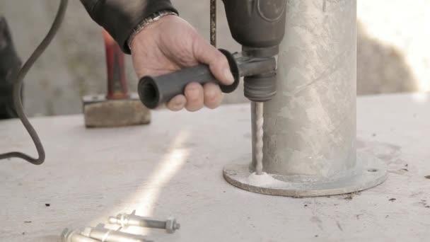 Bekend Gat boren in beton met hamer boor — Stockvideo © jesper@engcrew.tv FN26