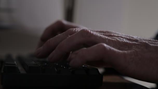 Muž psaní na klávesnici s ostřením racku z ruky do ruky