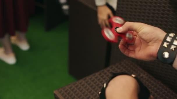 Děti točit číselník s prsty