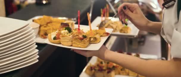 Detail číšník porce jídla v restauraci