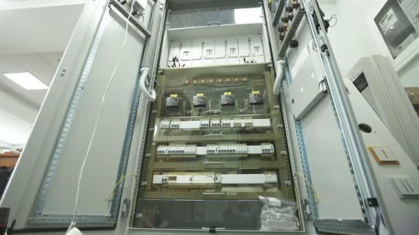 Schaltschrank innen, mit Leitungen und Anschlüssen — Stockvideo ...