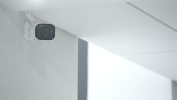 kamera v úřední budovy na bílé zdi.