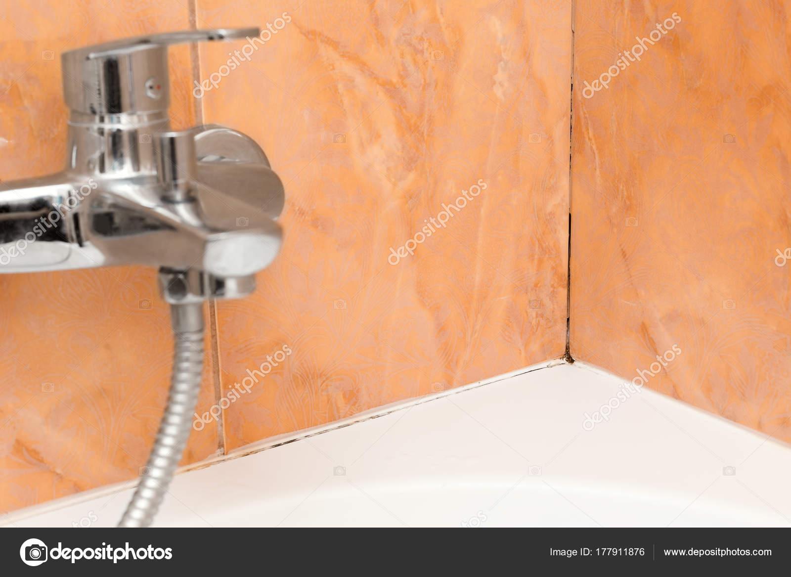 Muffa negli angoli del bagno sotto il sigillante — Foto Stock ...