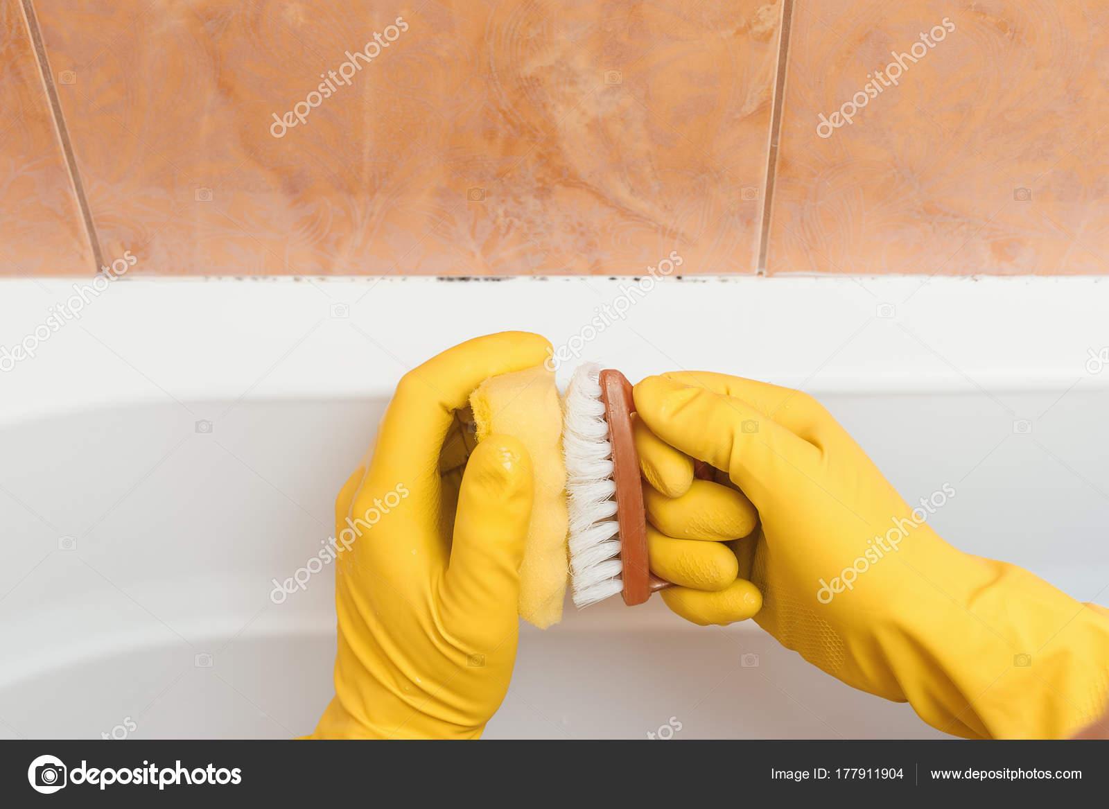 Hand in handschoenen wil ik schoon de schimmel in de badkamer ...