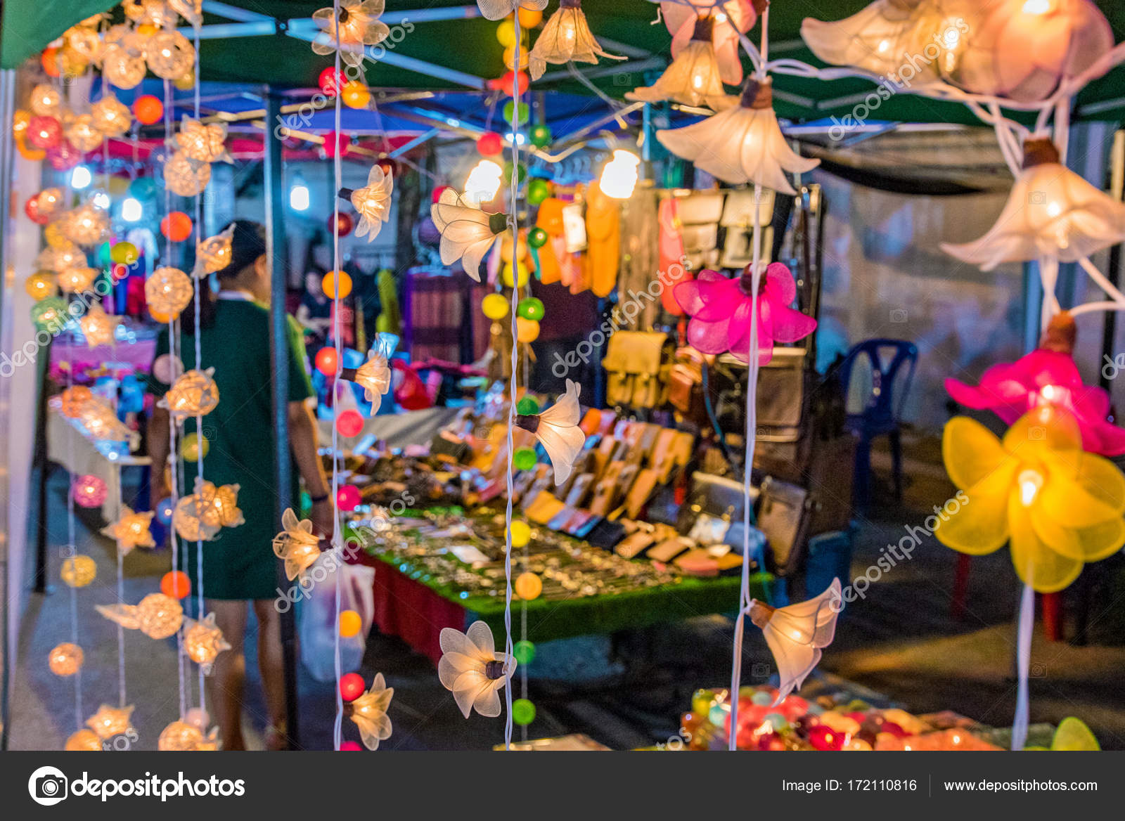 Scena di mercato di notte di luci e bancarelle u2014 foto stock