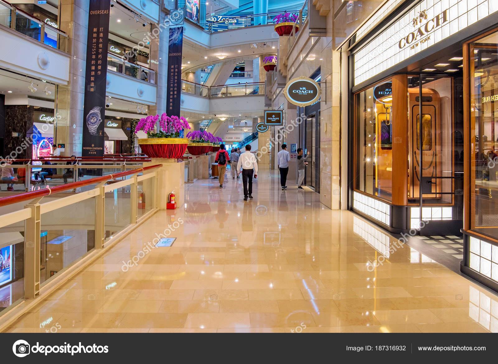 b72506841ea 타이 페이, 대만-11 월 11 일: 이것은 타이 페이 101 마천루에서 101 몰, 쇼핑몰의 고급 상점 들에 대 한 잘 알려진 11  월 11 일, 2016에 타이 페이에 — 님의 사진 ...