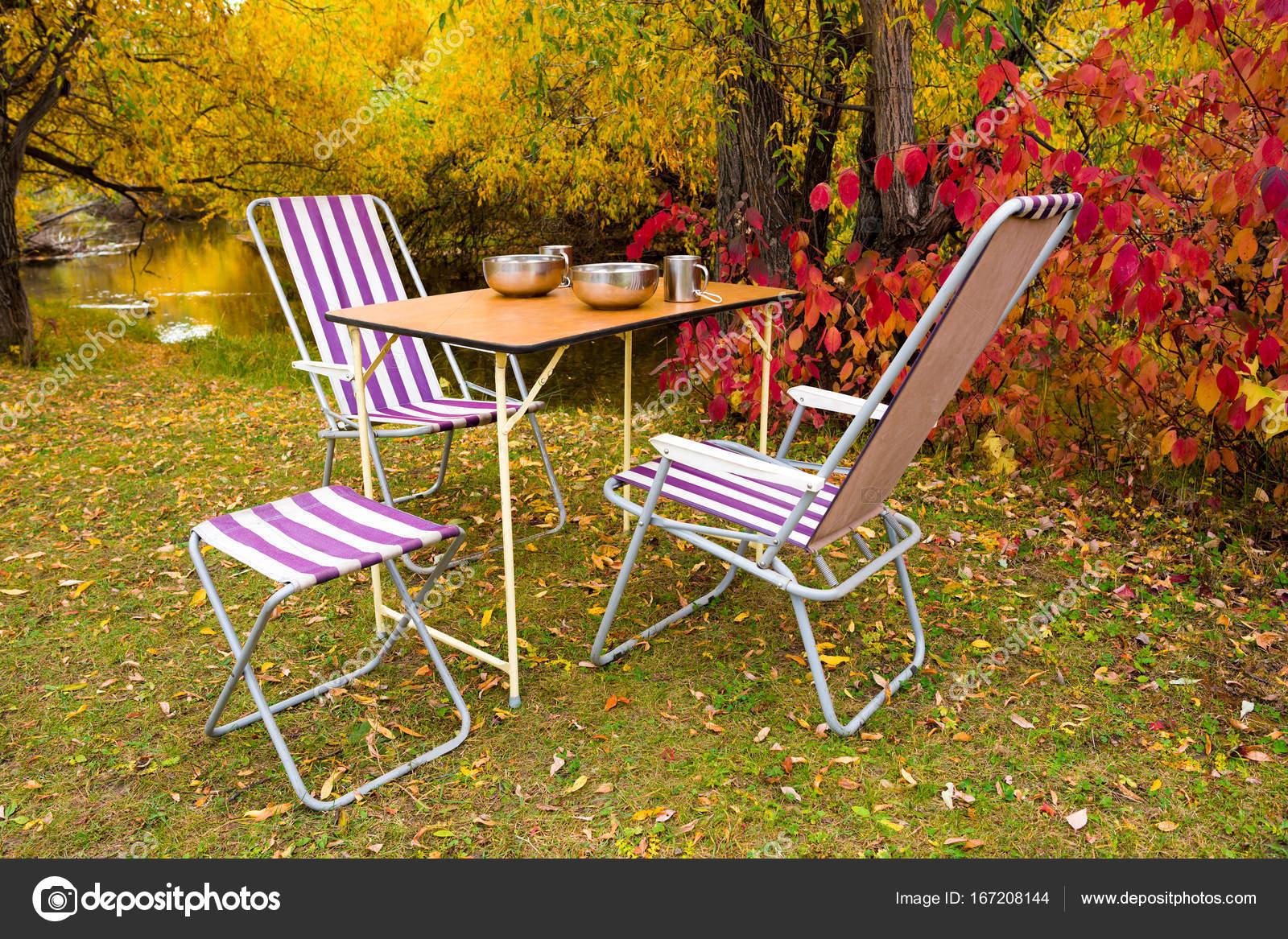 Campingtisch Und Stühle In Den Herbstlichen Wald
