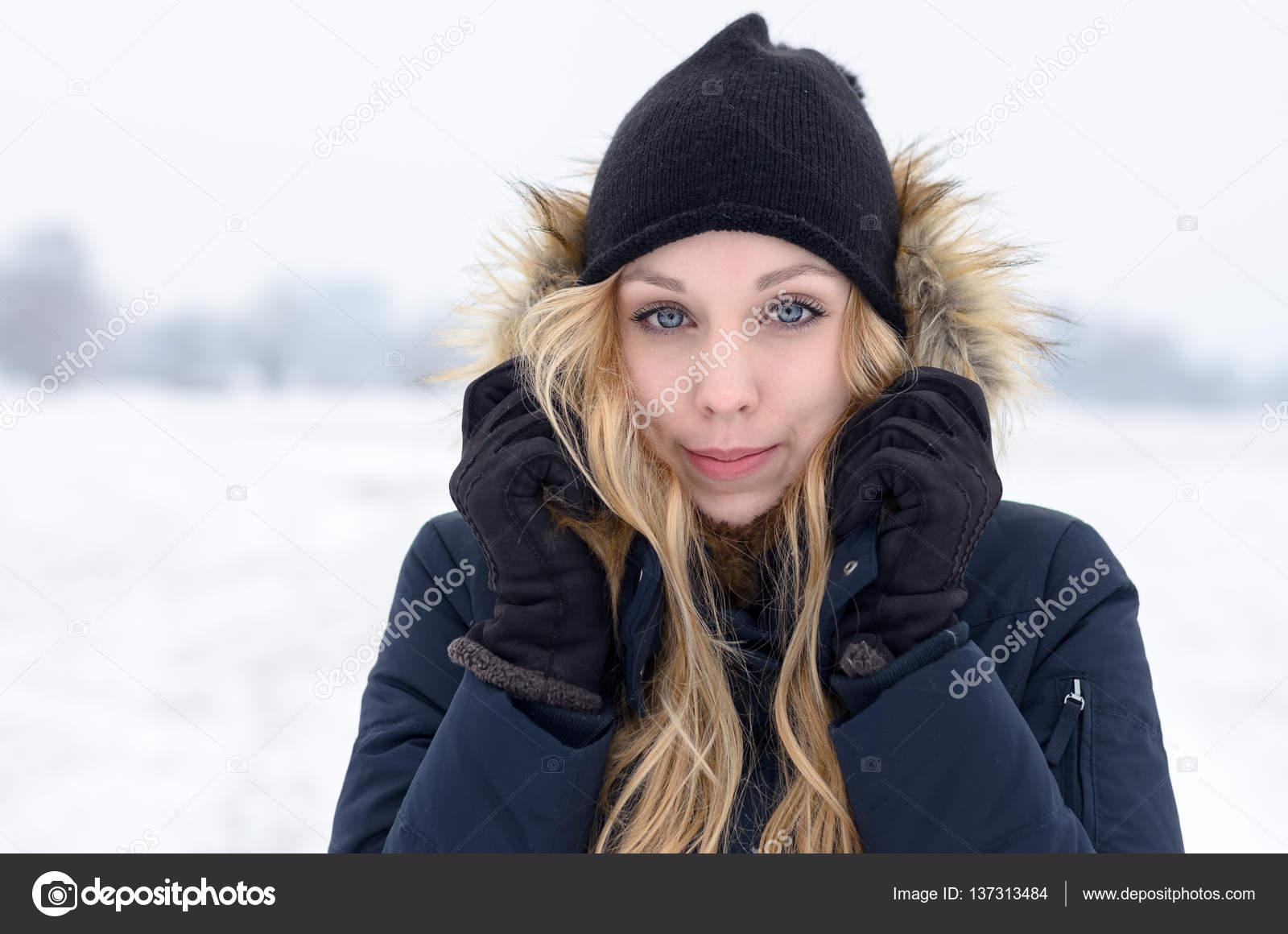 Froid de jeune femme dans un paysage d hiver glacial, recouvert de neige  blanche fraîche debout grelottant dans son garni de fourrure veste et chaud  laineux ... daa34e75a2b