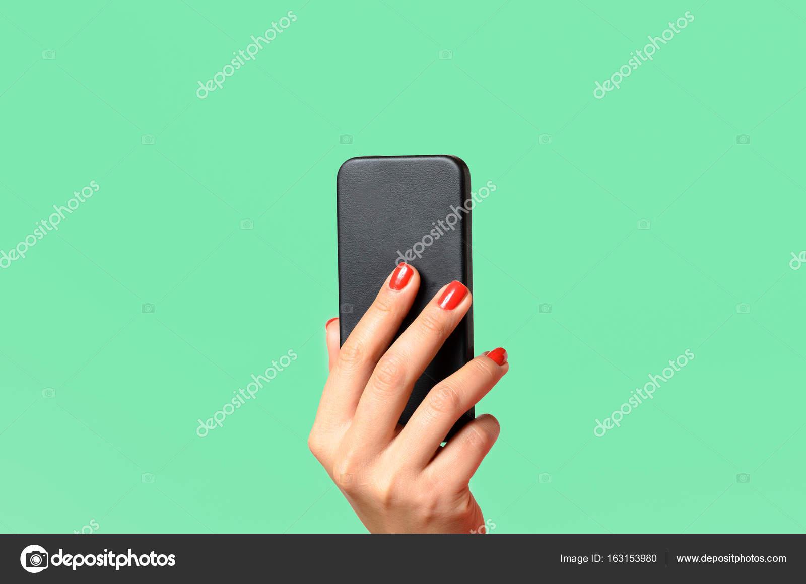 joven mujer sosteniendo un teléfono móvil — Fotos de Stock © info ...