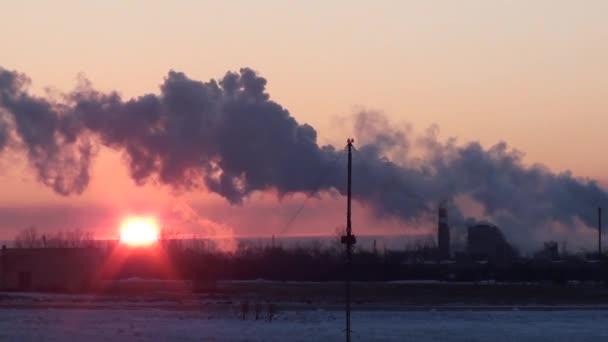Průmyslová krajina kouře z komínů rostliny v zimě