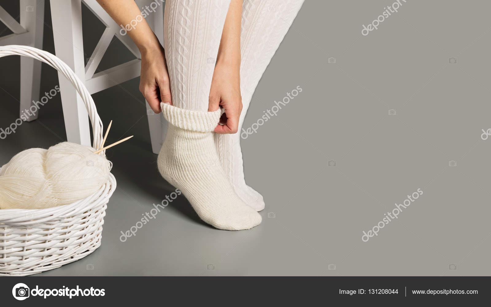фото вязаные гольфы женские ноги в белые вязаные чулки и носки
