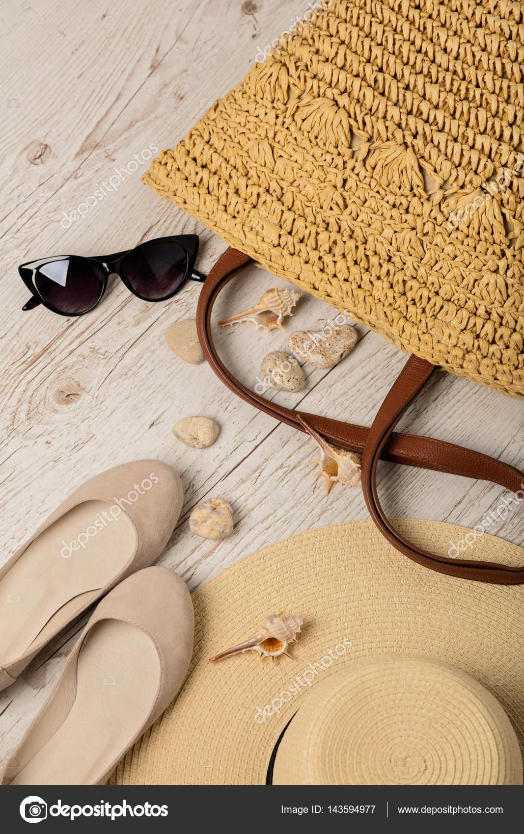 ffda5ab2f9 La valeur de mode estivale. Femme chapeau, sac, chaussures (ballerines) et  lunettes de soleil. Mise au point sélective — Image de oleh29photo