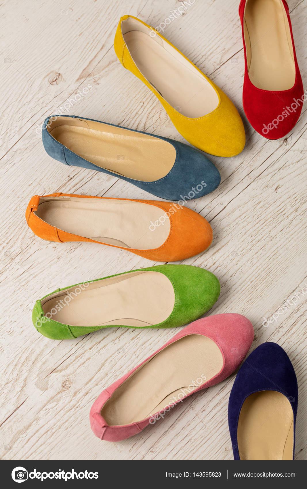 quality design d836f a67ba Fila di scarpe colorate (ballerine) su un fondo di legno ...
