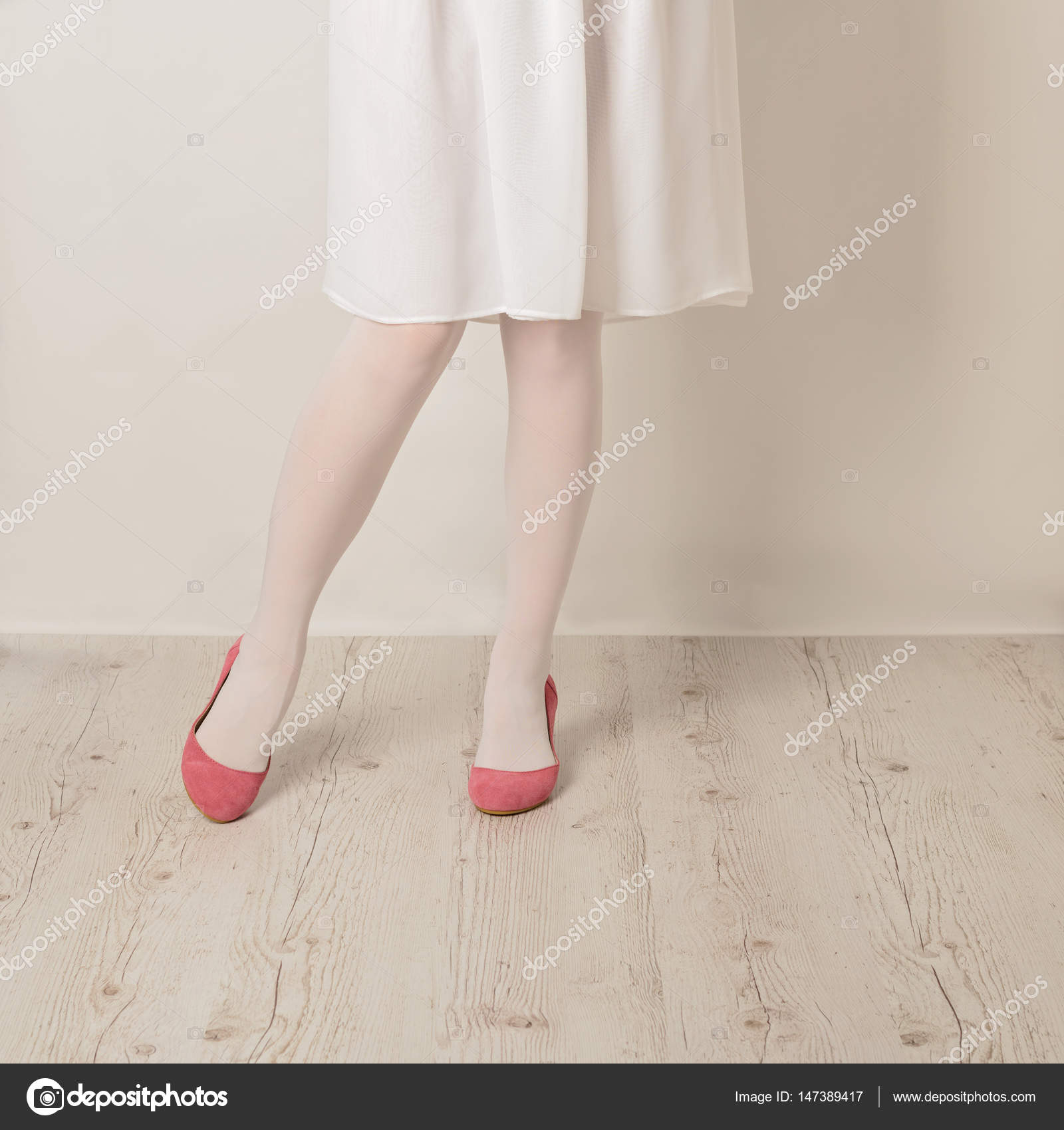 Женские ножки под юбкой