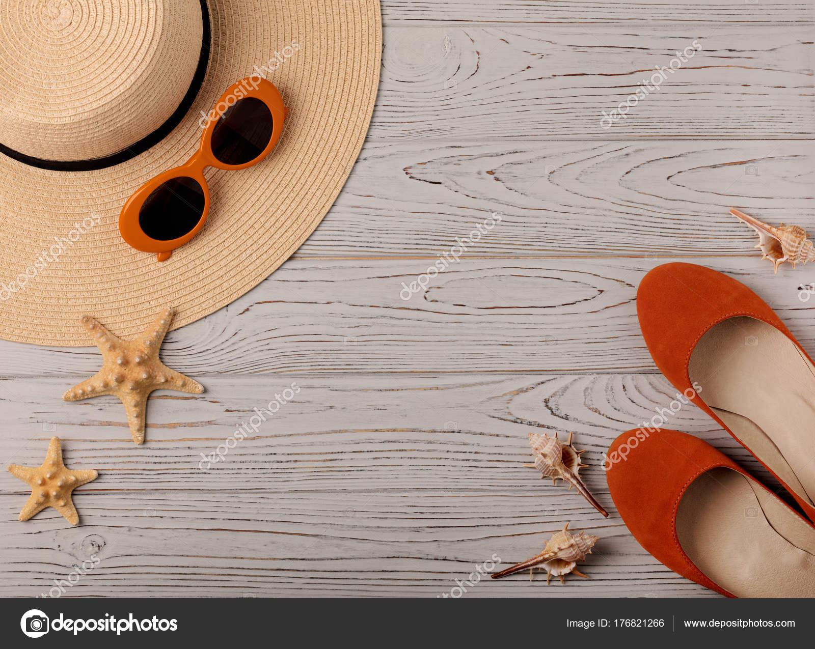 7feafe47f09 Αξεσουάρ μόδας - καπέλο, παπούτσια μπαλέτου, ποτήρια πορτοκαλί χρώμα σε ένα  ξύλινο υπόβαθρο. Επιλεκτική εστίαση — Εικόνα από oleh29photo