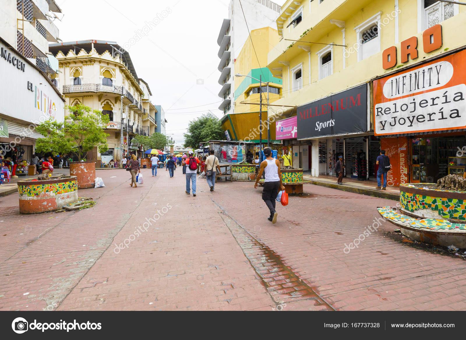 4bbaed531c24a Agosto de 2017 de la ciudad de Panamá  En la avenida central en agosto  puedes comprar cualquier tipo de mercancía en las tiendas o banquetes que  se ...