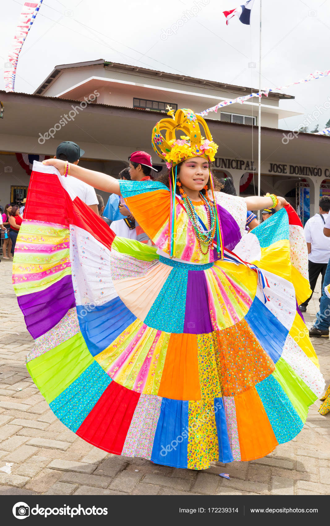 Nina De Dia De Independencia De Panama En El Colorido Vestido