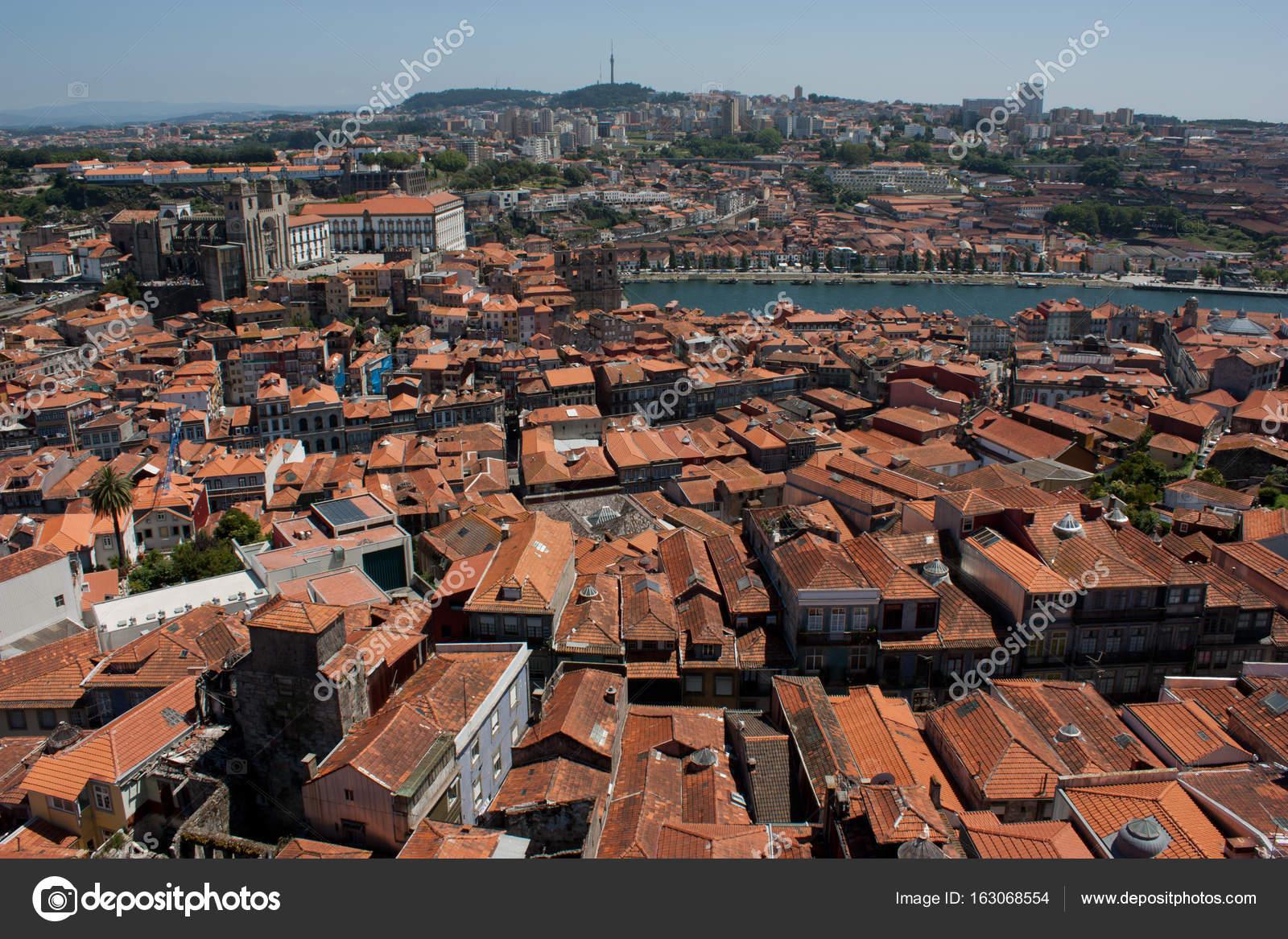 Oude kleurrijke huizen met daken bedekt met rode tegel lissabon