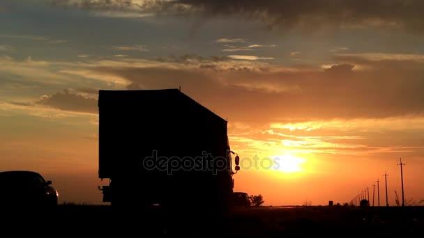 provoz na silnici při západu slunce