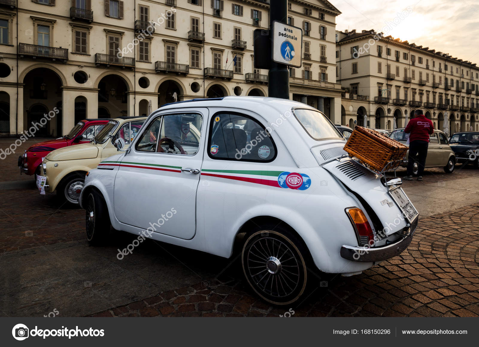 fiat 500 oldtimer in turijn redactionele stockfoto. Black Bedroom Furniture Sets. Home Design Ideas