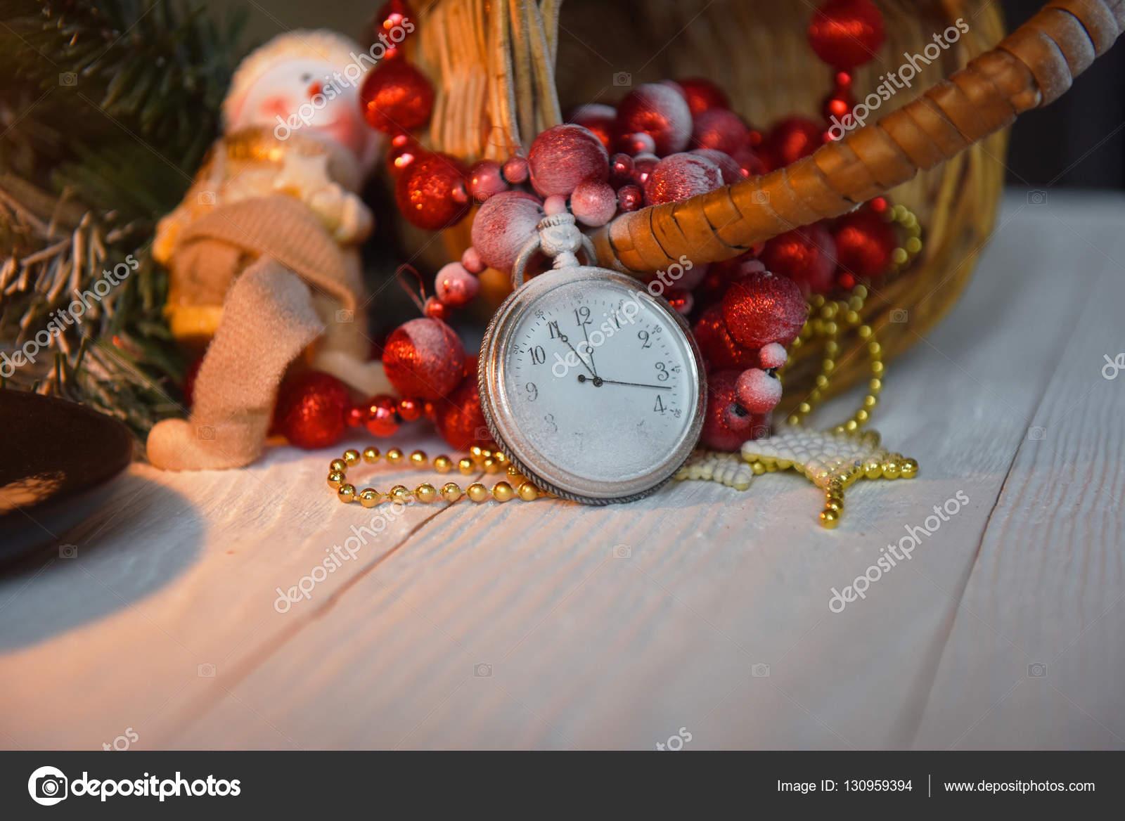 Antike Taschenuhr Stillleben in Weihnachtsschmuck mit einer Kerze ...