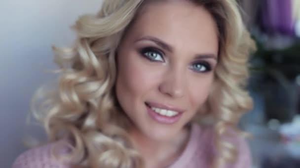 Szép szexi lány göndör haj mosoly szépen szépségszalon