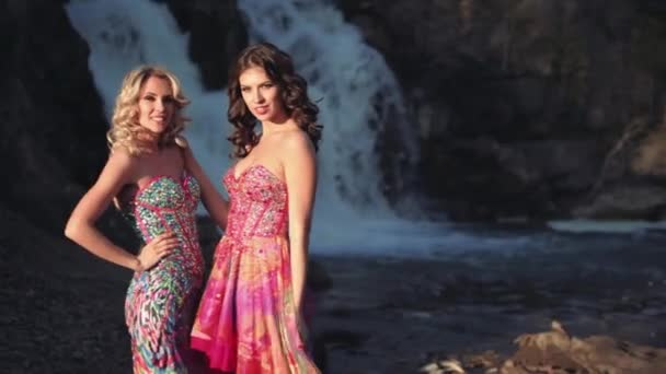 Dvě krásné sexy dívek, které představují pozadí vodopád