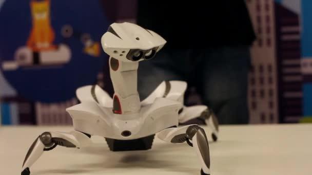 Novosibirsk / Oroszország - február 17 2018. Corporation robotok. A robot lunar rover mozgását mutatja be. Robotika modern technológia. Mesterséges intelligencia. Kibernetikai rendszerek ma. HD