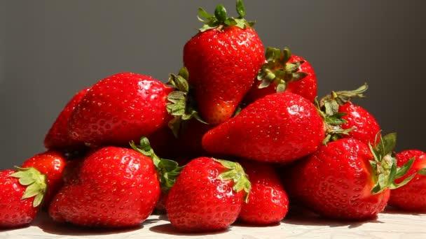Ruční sběr až tři jahody s kopií prostor na šedém pozadí