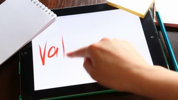 Valentinky den. Ruce, psaní na tabletu na bílém pozadí