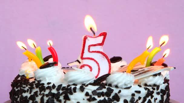 Születésnapi évforduló 5 év a torta és a rózsaszín háttér gyertyák