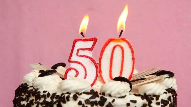 Geburtstag Jubiläum 5 Jahre mit Kuchen und Kerzen auf rosa Hintergrund