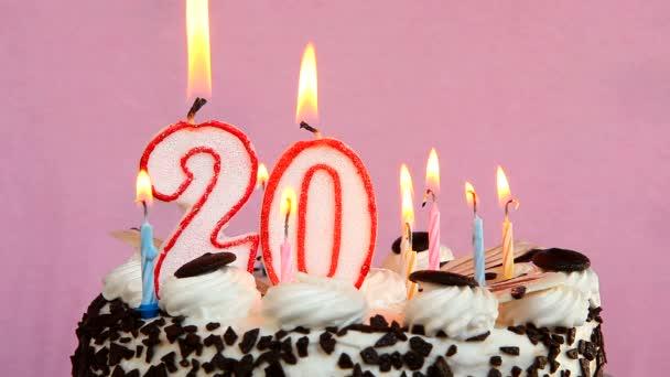 jarig 20 Happy 20 jarig bestaan met koek en kaarsen op roze achtergrond  jarig 20