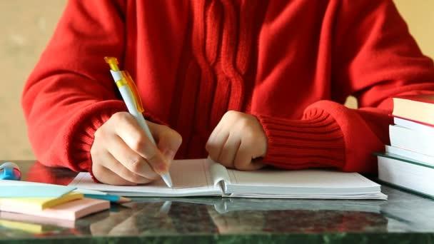 Nő Lapjában asztalon, könyvek írása
