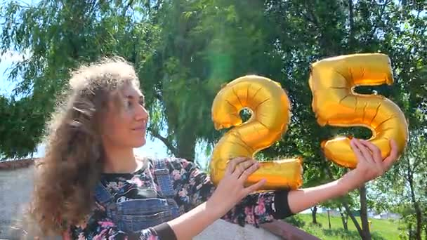 Happy 25 narozeniny zlaté balónky a krásná dívka