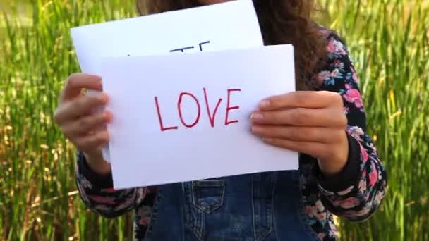 Žena ukazuje slovo nenávist a pak láska, vztah koncepce