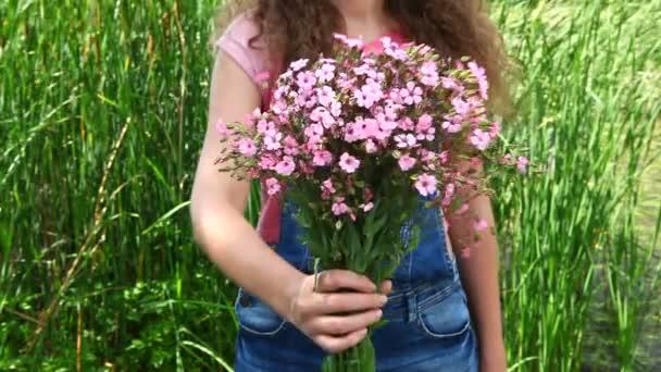 Mladá krásná žena dát růžové květy kytice jako dárek