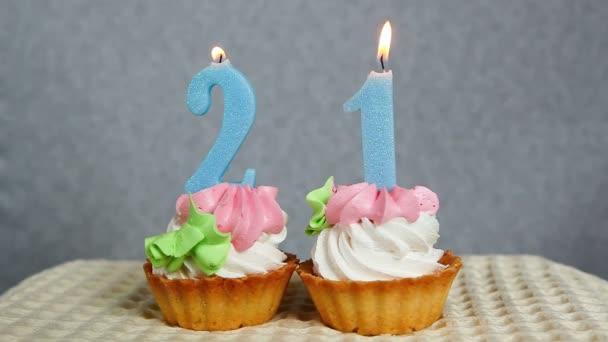 Glucklich 21 Geburtstagskuchen Und Blauen Zahlen Kerzen Stockvideo