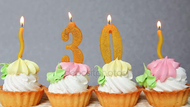 Glucklich 30 Geburtstagskuchen Und Gelben Nummern Kerzen