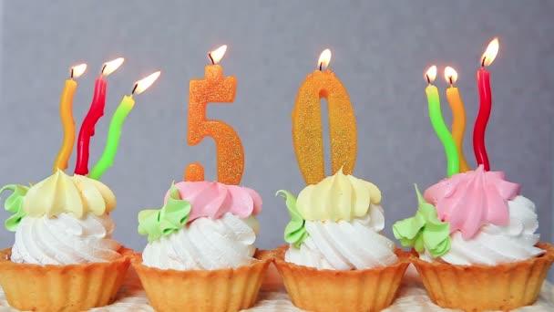 Anniversario Di Compleanno 50 Anni Con Torta E Giallo Candele Numeri