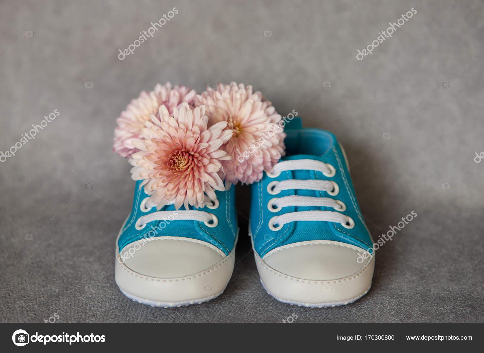 ee7599d0 Zapatitos de bebé azul con flores, concepto de maternidad — Foto de Stock