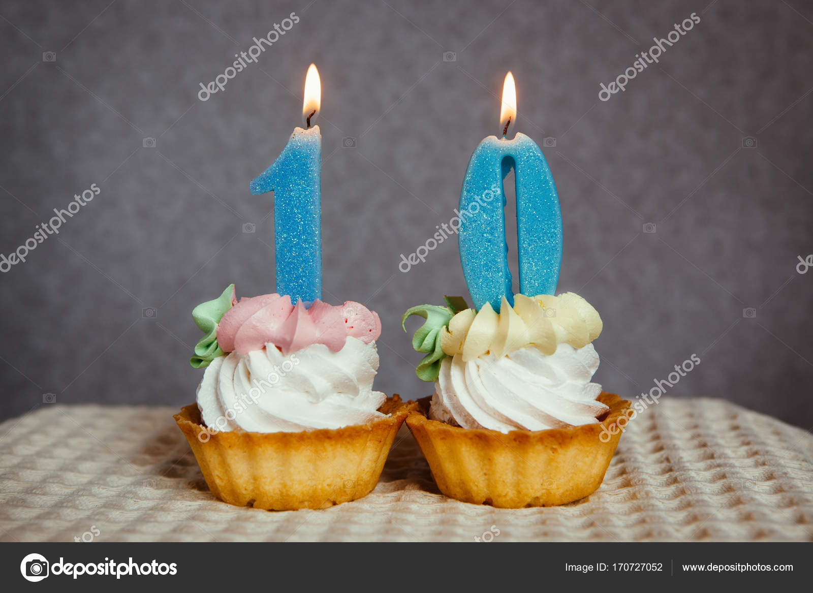 Glucklich 10 Geburtstag Kerzen Kuchen Und Blue Nummer Stockfoto