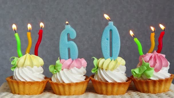 Šťastný, 60 narozeninové dorty a modré číslice svíčky na šedém pozadí