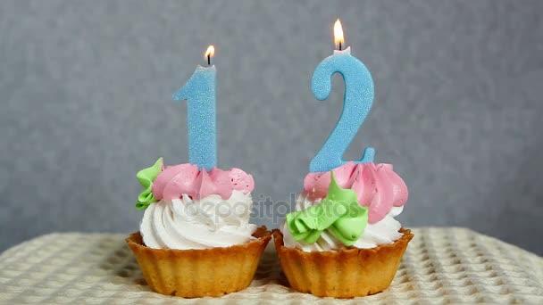 Buon compleanno 12, candele blu numero su cupcakes