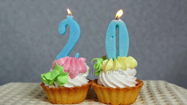 Geburtstag 20 Jahre mit Torte und blauen Zahlen Kerzen