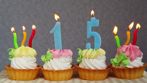 Šťastný, 15 narozeninové dorty a modré číslice svíčky na šedém pozadí
