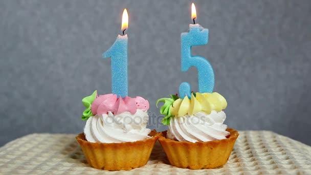 Happy narozeniny patnáct, košíčky a modré svíčky